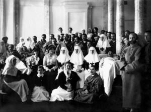 Света Олга, Света Александра и Света Татяна като милосърдни сестри с ранени в Първата Световна война офицери