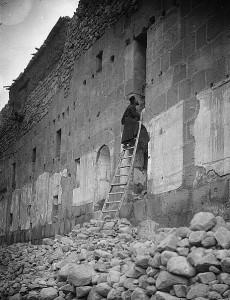 Синай. Монах се изкачва в килийния си параклис. 1900 - 1920 година.