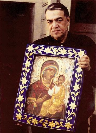 Йосиф Муньос държи чудотворната Иверска Монреалска икона