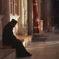 монах в молитва