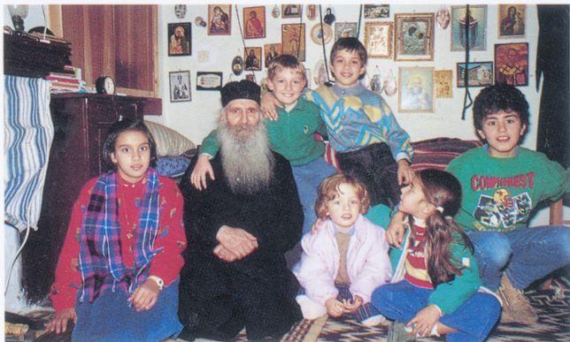 старецът Яков Цаликис с деца