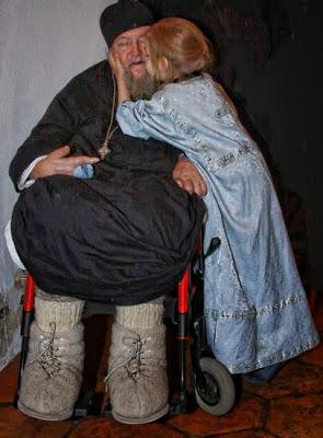 дете прегръща болен монах