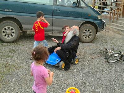 монах си играе с деца